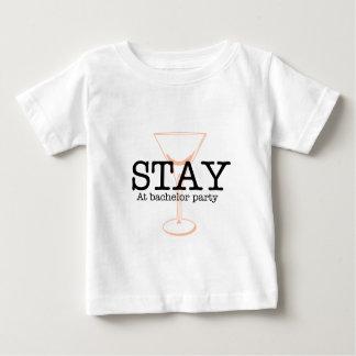 Estancia en la despedida de soltero camiseta de bebé