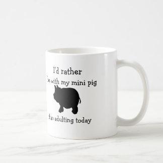 Estaría bastante con mi mini cerdo que adulting taza clásica