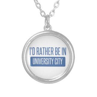 Estaría bastante en ciudad de la universidad collar plateado
