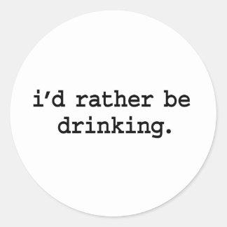 estaría bebiendo bastante pegatina redonda