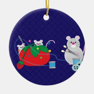 Estaría cosiendo bastante el ornamento del navidad ornamentos de reyes