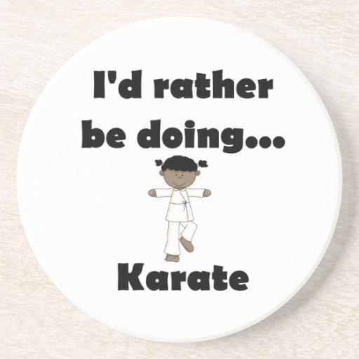 Estaría haciendo bastante karate posavasos cerveza