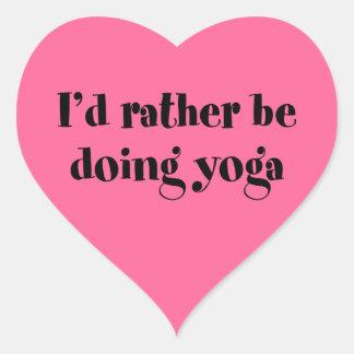 Estaría haciendo bastante yoga pegatina en forma de corazón