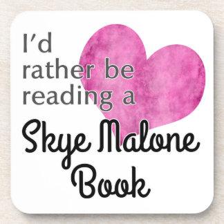 Estaría leyendo bastante un libro de Skye Malone - Posavaso