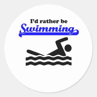 Estaría nadando bastante etiqueta redonda