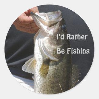 Estaría pescando bastante, hombre que sostiene el etiqueta redonda