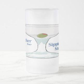 Estaría sorbiendo bastante una taza del vidrio