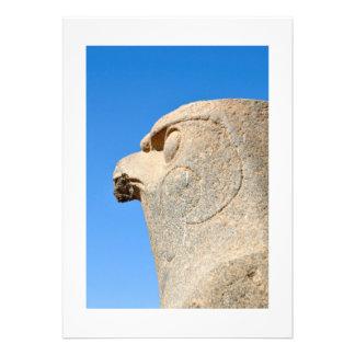 Estatua de dios Horus del halcón en el templo de E