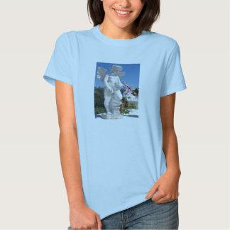 Estatua del ángel en azules cielos camiseta