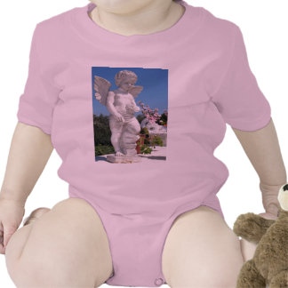 Estatua del ángel en rosa trajes de bebé