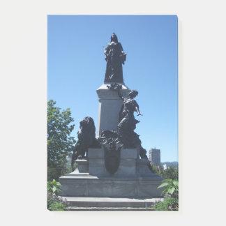 Estatua en notas de post-it de la ciudad de