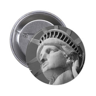 Estatua negra y blanca del primer de la libertad chapa redonda de 5 cm