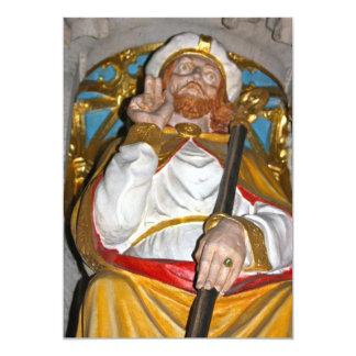 Estatua religiosa en la invitación de la catedral