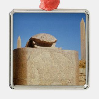Estatua sagrada del escarabajo en el templo de adorno cuadrado plateado