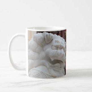 Estatua tibetana del león de la nieve taza de café