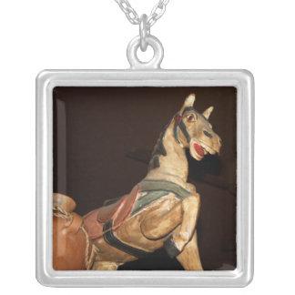 Estatua y decoración del caballo en el restaurante colgante cuadrado
