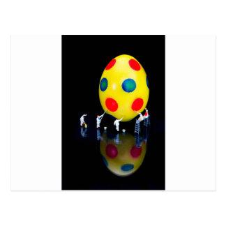 Estatuillas miniatura que pintan el huevo de postal