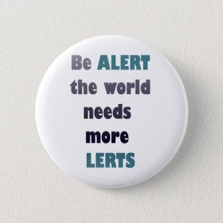 Esté alerta las necesidades del mundo más wordplay chapa redonda de 5 cm