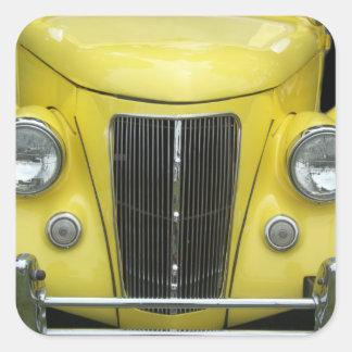 Este auto clásico tiene una parrilla delantera colcomanias cuadradases