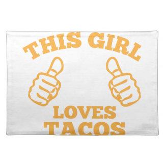 Este chica ama el Tacos Salvamanteles