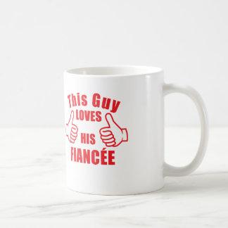 Este individuo ama su regalo del compromiso de la taza básica blanca