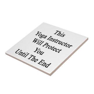 Este instructor de la yoga le protegerá hasta el azulejo cuadrado pequeño