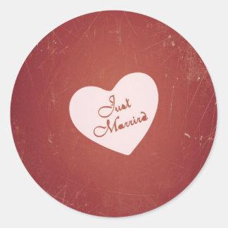 Estilo retro del vintage apenas casado en rojo pegatina redonda
