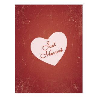 Estilo retro del vintage apenas casado en rojo postal
