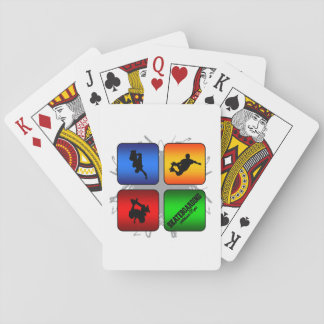 Estilo urbano que anda en monopatín que sorprende baraja de cartas