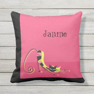 Estirar el gato rayado negro en rosa cojín decorativo
