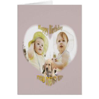 Esto una tarjeta de cumpleaños del bebé con un per