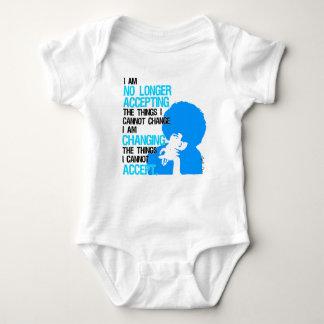 Estoy cambiando el mono del bebé de las cosas body para bebé