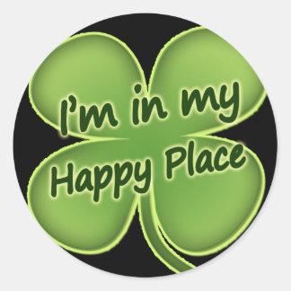 Estoy en mi lugar feliz pegatina redonda