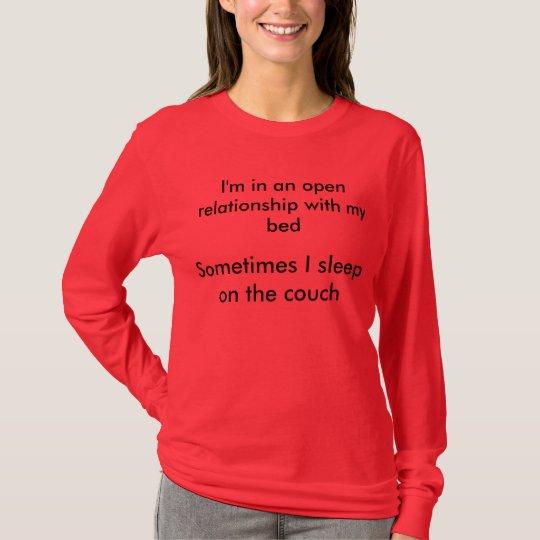 Estoy en una relación abierta con mi cama camiseta