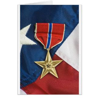 Estrella de bronce en bandera americana tarjeta de felicitación