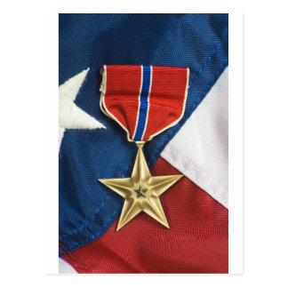 Estrella de bronce en bandera americana tarjeta postal