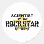 Estrella del rock del científico por noche pegatina redonda