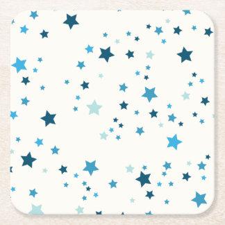 Estrellas azules de sombras múltiples y tamaños - posavasos cuadrado de papel