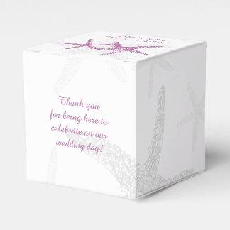 Estrellas de mar púrpuras en la caja blanca del