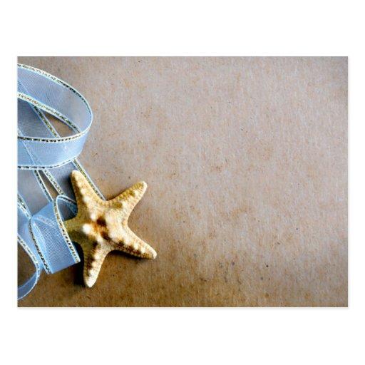 Estrellas de mar y cinta azul postal