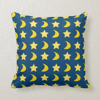 Estrellas y lunas azules y almohada de tiro