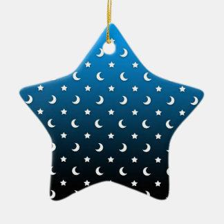 Estrellas y lunas minúsculas del blanco en azul adorno de cerámica en forma de estrella