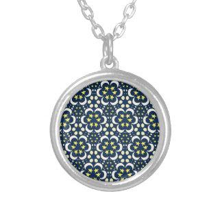 Estrellas y tessellation de la luna collar plateado