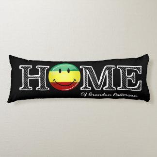 Estreno de una casa sonriente de la bandera del almohada de cuerpo entero