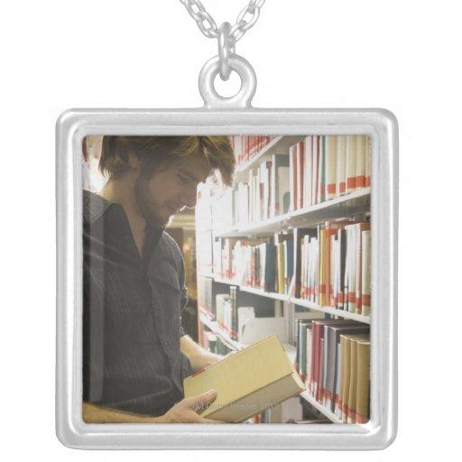 Estudiante adolescente en biblioteca collar personalizado