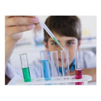 Estudiante que hace el experimento 3 de la ciencia postal