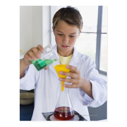 Estudiante que hace el experimento 5 de la ciencia postales