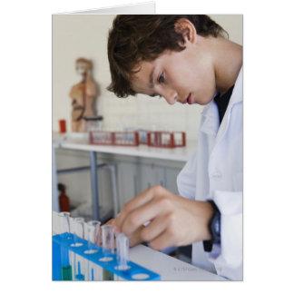 Estudiante que hace el experimento de la ciencia tarjeta de felicitación