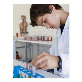 Estudiante que hace el experimento de la ciencia postal