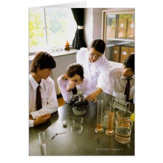 Estudiantes en laboratorio de química de la escuel tarjetas